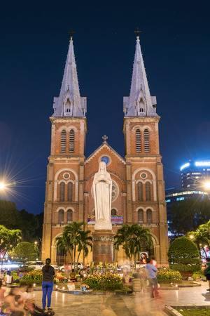 39464087-ho-chi-minh-vietnam-27-février-2015-notre-dame-de-saigon-basilique-de-nuit-temps-le-Église-catholique-r