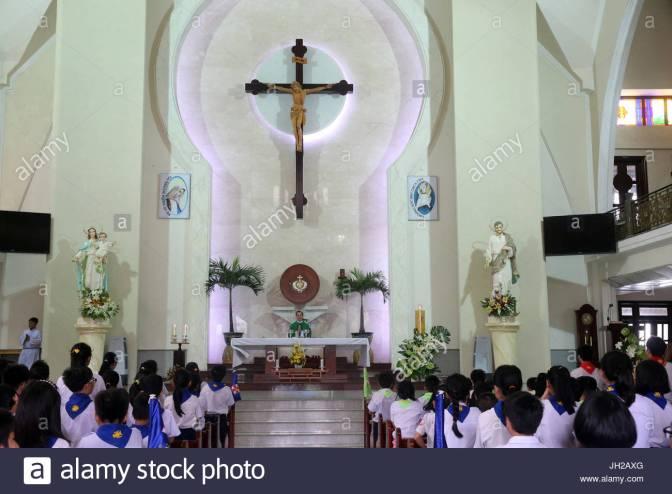 leglise-catholique-liturgie-de-la-parole-avec-des-enfants-a-la-messe-du-dimanche-ho-chi-minh-ville-le-vietnam-jh2axg