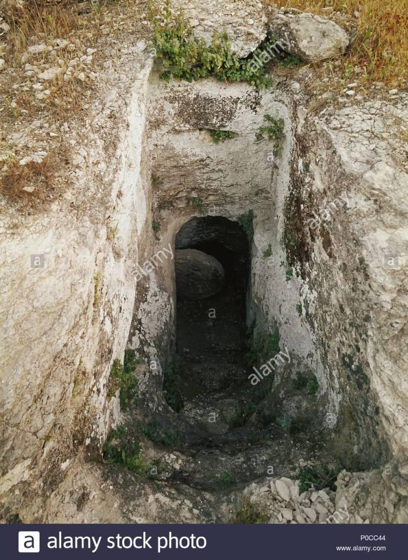 tombe-dherode-le-sepulcre-est-probablement-le-lieu-de-sepulture-de-mariamne-le-roi-herode-le-grand-le-femme-et-eventuellement-aussi-dherode-agrippa-lentree-est-bloquee-par-un-rolling-sto