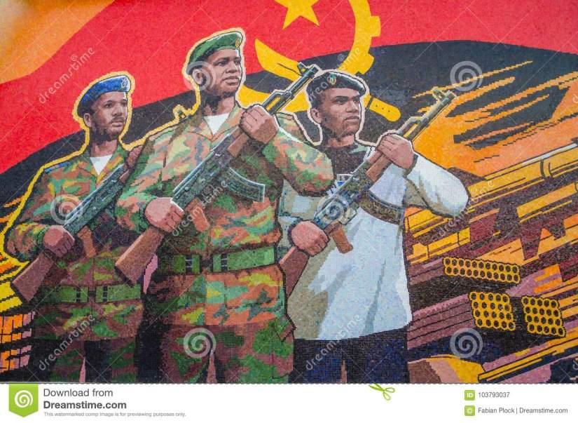luanda-angola-avril-mémorial-de-guerre-civile-dépeignant-le-drapeau-et-les-soldats-angolais-à-fortaleza-sao-miguel-103793037