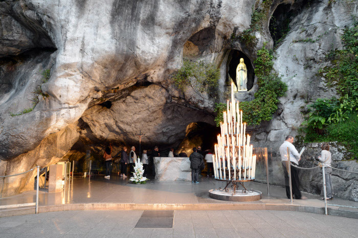 30-septembre-2014-Sanctuaire-pelerins-grotte-Massabielle-Lourdes-Hautes-Pyrenees-65-France-30-septembre-2014_0_730_466.jpg