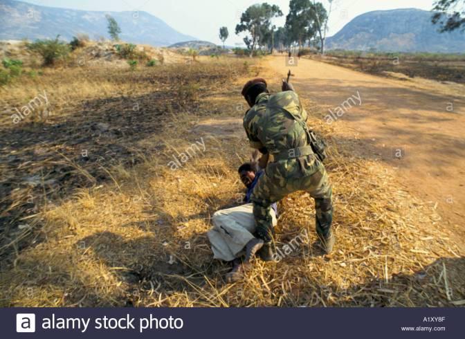 la-guerre-civile-en-angola-aout-1993-un-cas-presume-de-la-guerilla-de-lunita-est-battu-par-un-soldat-avec-des-crosses-de-fusil-a1xy8f.jpg
