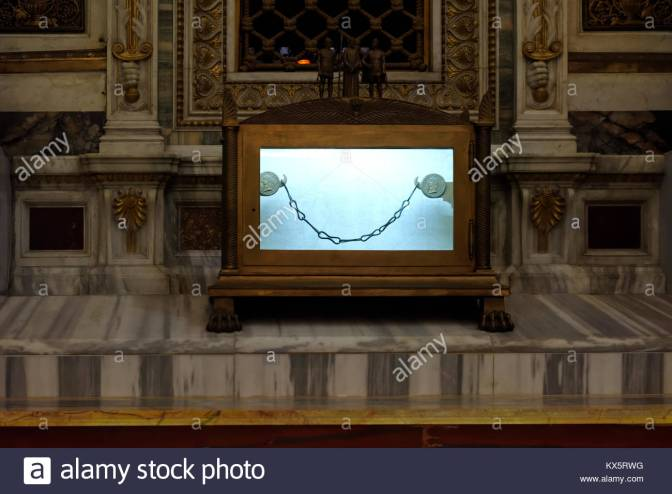 les-chaines-de-la-prison-de-saint-paul-apotre-la-basilique-papale-de-saint-paul-hors-les-murs-rome-italie-erigee-au-cours-de-la-4eme-annonce-de-siecle-la-basilique-kx5rwg