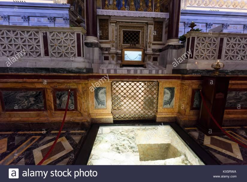 les-chaines-de-la-prison-et-de-la-tombe-de-saint-paul-apotre-la-basilique-papale-de-saint-paul-hors-les-murs-rome-italie-erigee-au-cours-de-la-4eme-annonce-de-siecle-la-kx5rwa