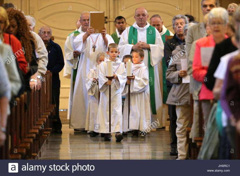 messe-catholique-procession-dentree-la-france-jh0rc1.jpg