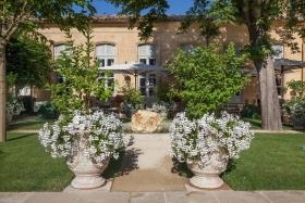 46._caumont_centre_d_art._terrasse_et_jardin_haut_-_c_s._lloyd.jpg