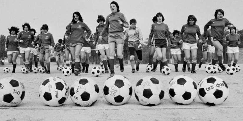 l-equipe-de-france-de-football-feminin-s-entraine-a-soulac-sur-mer-en-gironde-le-22-fevrier-1979