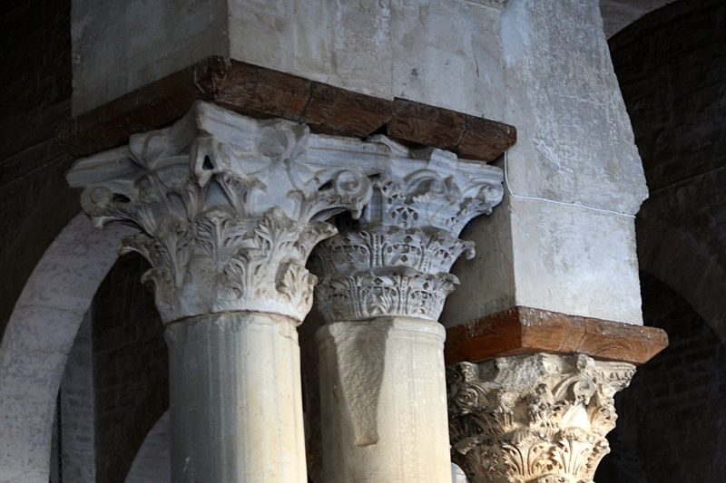 800px-Ancient_capitals,_Great_Mosque_of_Kairouan,_Tunisia