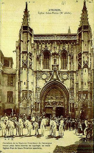 Avignon_la_Naciouin_gardiano_devant_l'église_Saint-Pierre.jpg