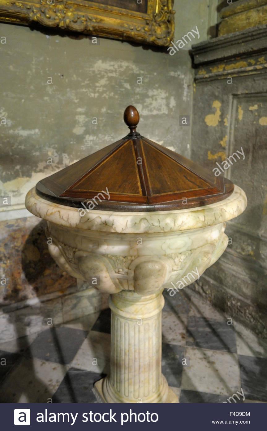 europe-france-provence-alpes-cote-dazur-bouches-du-rhone-aix-en-provence-la-fontaine-baptismale-eglise-du-saint-esprit-f4d9dm