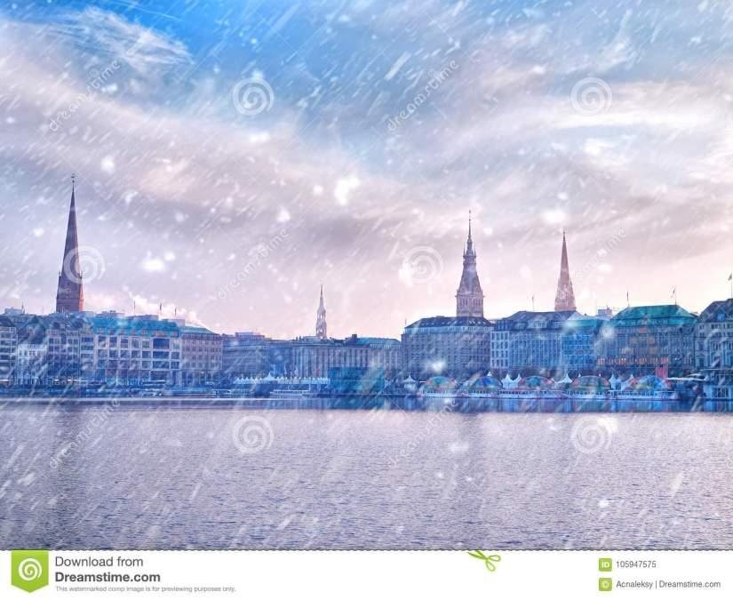 ville-de-neige-d-hiver-paysage-urbain-lac-alster-et-hambourg-105947575.jpg