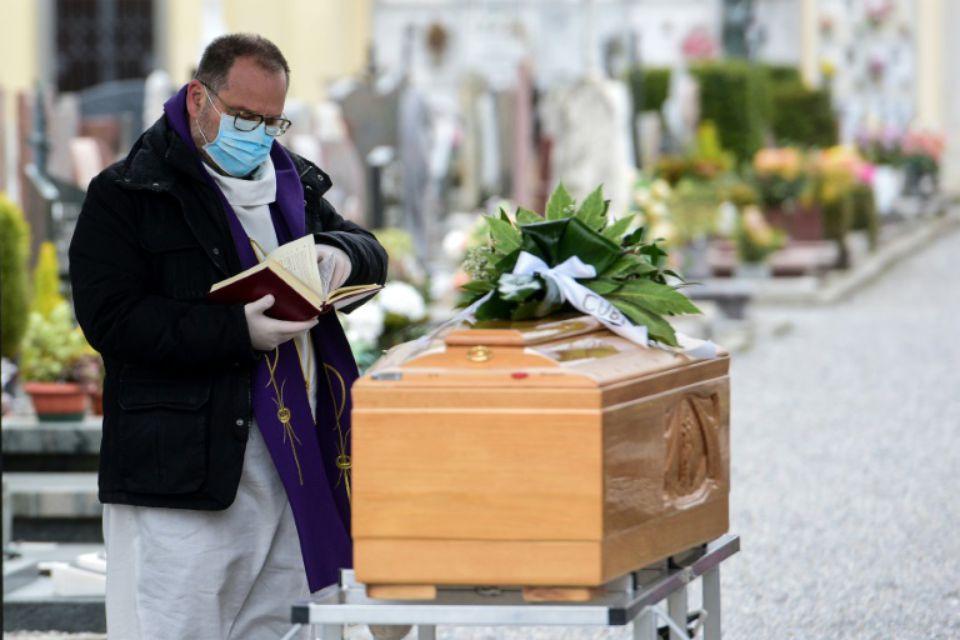 1302218-un-pretre-a-des-funerailles-pres-de-bolgare-en-italie-le-23-mars-2020