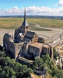 220px-L'Abbaye_du_Mont-Saint-Michel,_vue_du_ciel_2-1