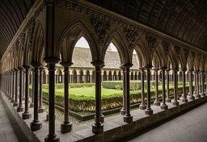 349px-Abbaye_du_Mont_Saint_Michel,_le_cloître_1