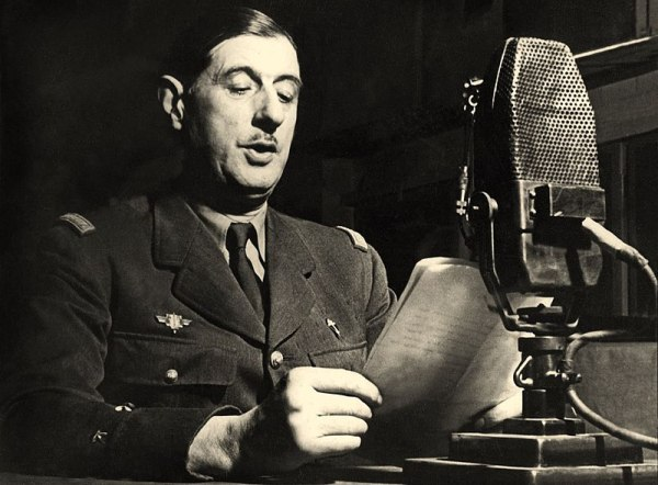 800px-Charles_de_Gaulle_au_micro_de_la_BBC