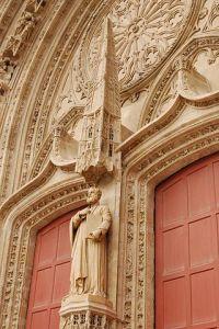 Nantes_Cathédrale_Saint_Paul_Saint_Pierre_avec_sa_statue_portail_renové_1164