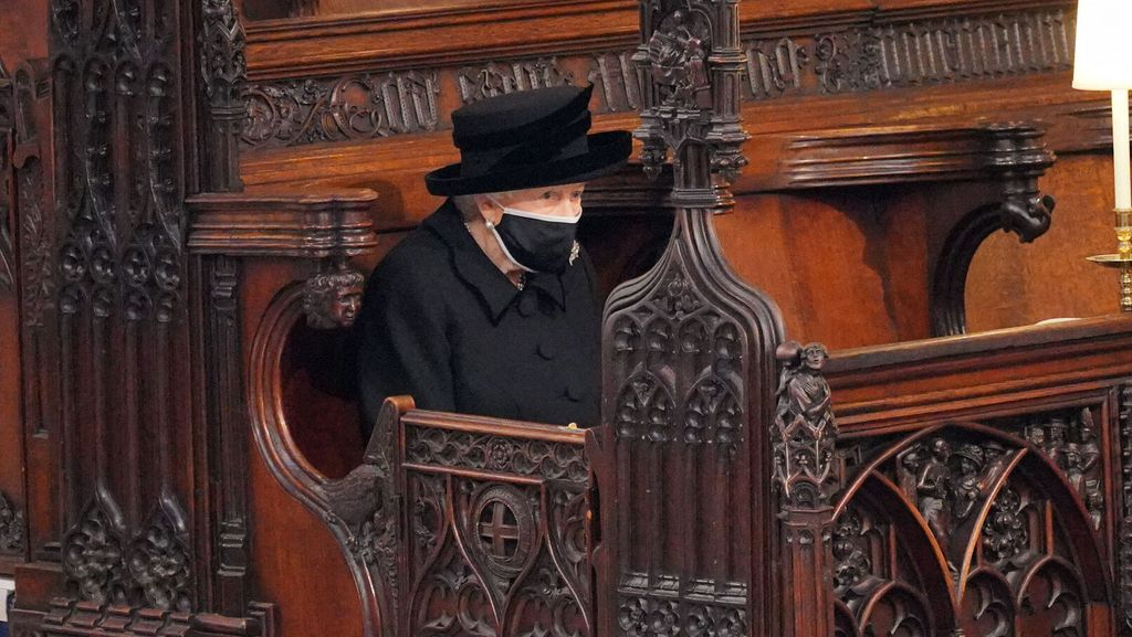 obseques-prince-philip-photo-choc-reine-seule-face-cercueil-son-mari